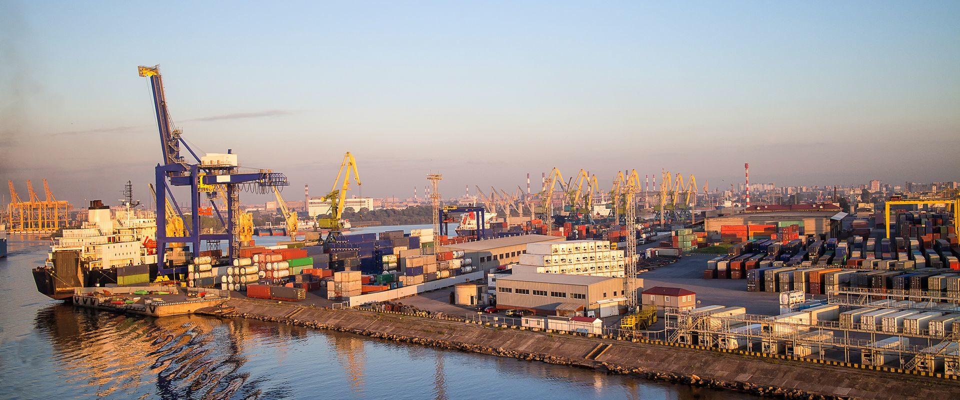 Rola opiniotwórcza i konsultacyjna w sprawach związanych z marynarskim rynkiem pracy i szkoleniem marynarzy realizowana we współpracy z administracją państwową i związkami zawodowymi